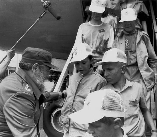 Fidelis Kastro sutinka Černobylio vaikus Havanoje